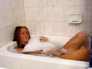 Coquine se filme dans son bain
